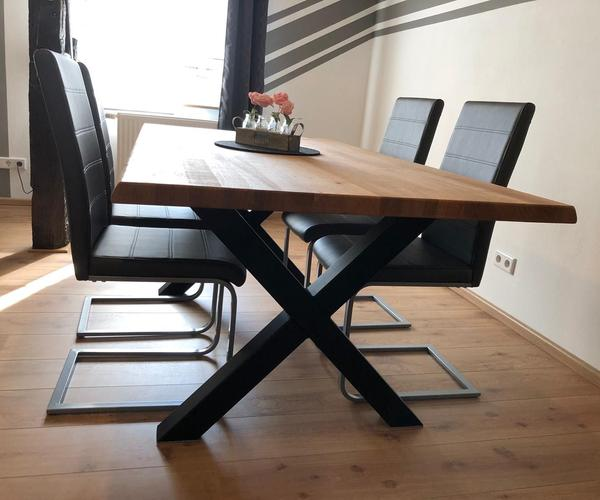 Ein geölter Tisch aus Eiche massiv mit Baumkantenoptik.